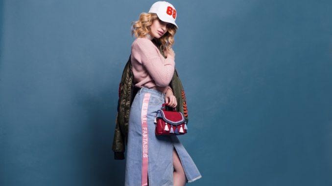 Dame står i dyrt designertøj