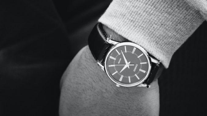 Mand har sit ur på